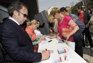 "Željko Kerum građanima potpisuje CD s pjesmom ""Splite, ja te volin"""